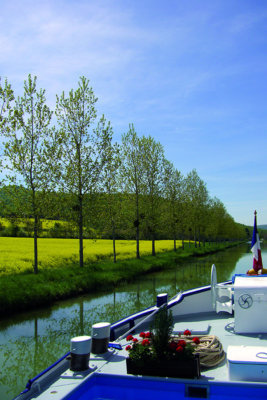 Au fil de l'eau le bateau longe des paysages de grande beauté