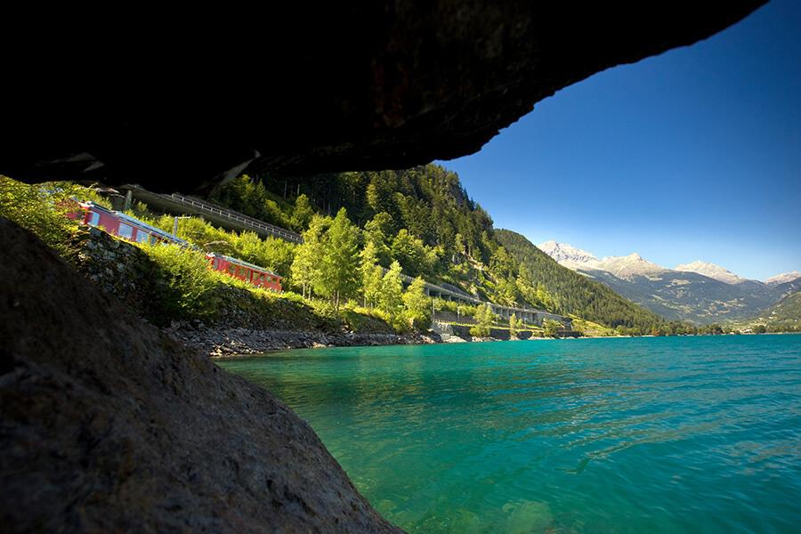 Bernina Express longeant le Lac Poschiavo (c)Valposchiavo Turismo _