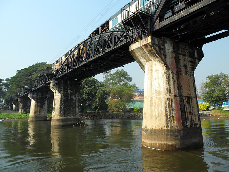Passage du mythique train sur l'imposant pont enjambant la rivière Kwäi Train River (c) GAD