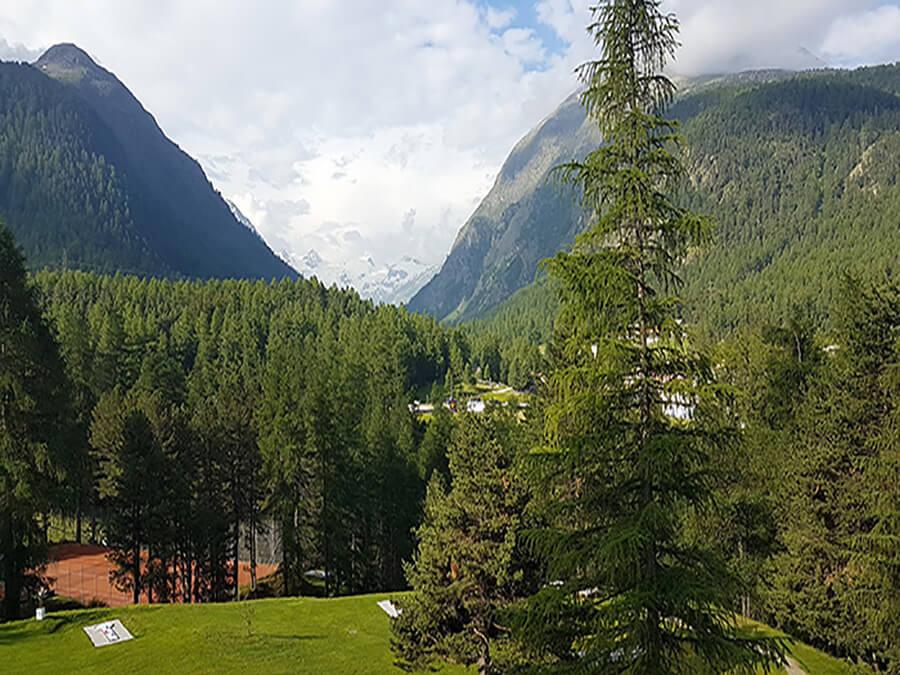Un paysage à perte de vue vers les glaciers et les sommets verdoyants (c) GAD