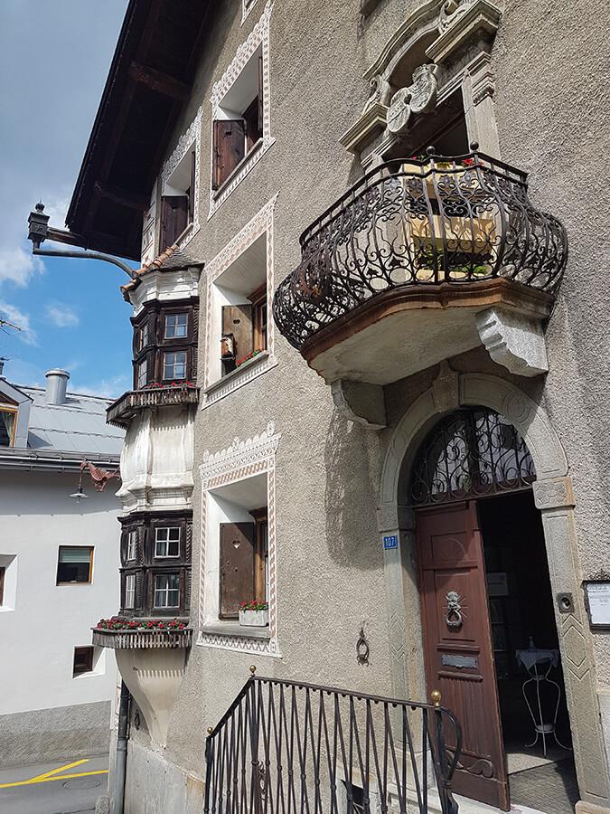 Belle maison familiale engadinoise avec les détails du balcon (c) GAD