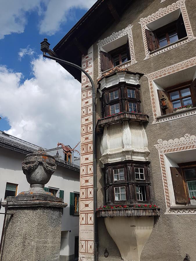 Les chambres en étage avec leurs petites fenêtres en bois (c) GAD