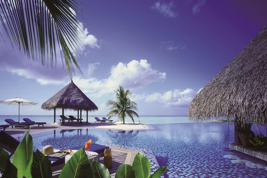 (c) FSH&R Les Maldives détente au bord de la piscine face à la mer