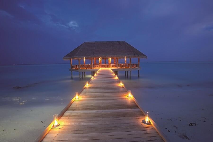 (c) CVT Maldives Gaafushi accès au restaurant par la passerelle sur la mer