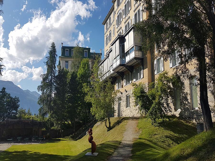 L'Hôtel Saratz situé face au parc offrant aux artistes une plateforme d'expositions saisonnières (c) GAD