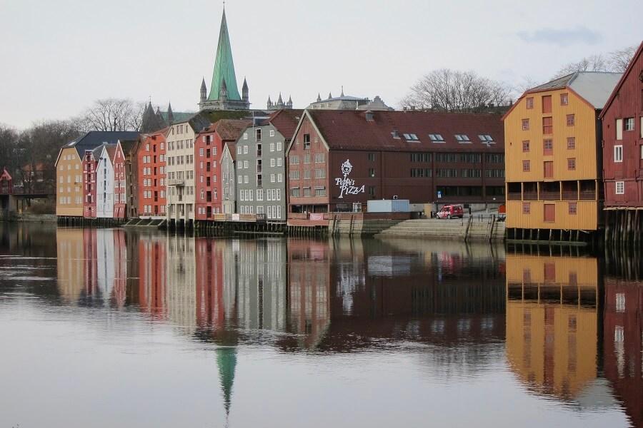 Magnifique perspectives sur les maisons typiques de Norvège (c) Roger Juillierat
