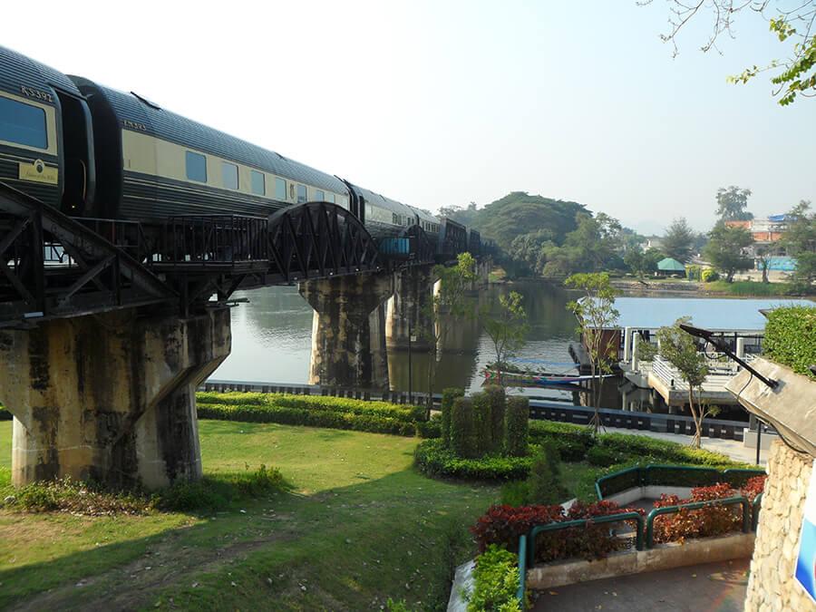 L'Orient Express à l'approche des installations d'accueil sur la Rivière Kwaï (c)GAD