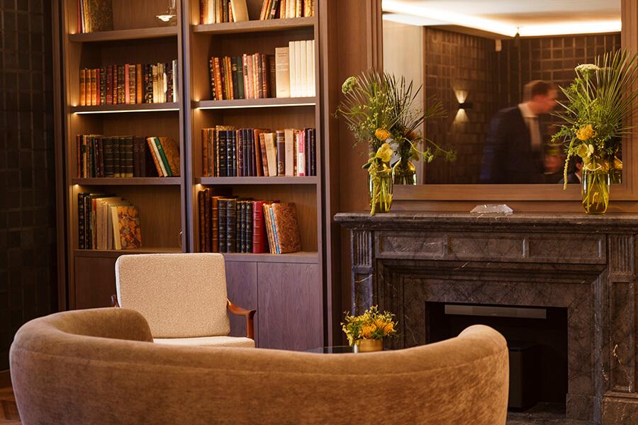 Discret et raffiné un espace avec une bibliothèque et des traités d'œnologie où se former à l'Art des vins fins