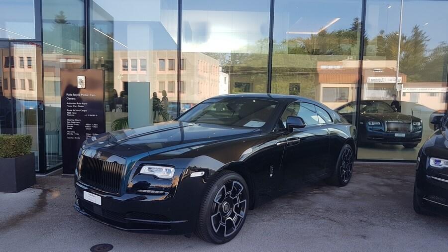 Rolls-Royce toujours, ambiance feutrée à l'entrée du site de vente à Nyon