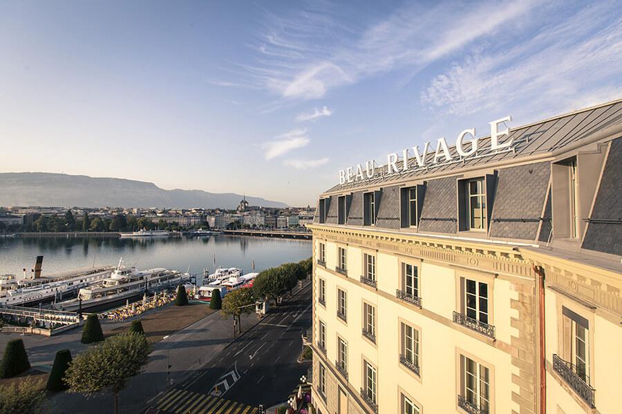Face au lac l'impressionnante façade 1865 du Beau-Rivage Genève
