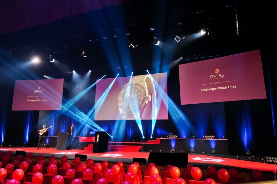 Ambiance sur scène avec la présentation sur grand écran de la montre sélectionnée GPHG 2020-(c) point-of-views-ch