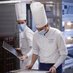 Les étudiants s'affairant en cuisine Ecole Ducasse Paris Campus © Thierry Arensma