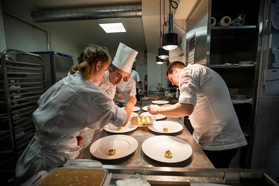 Au Beau-Rivage Tour Culinaire Suisse La brigade au travail en cuisine (c)KADI TCS 2019