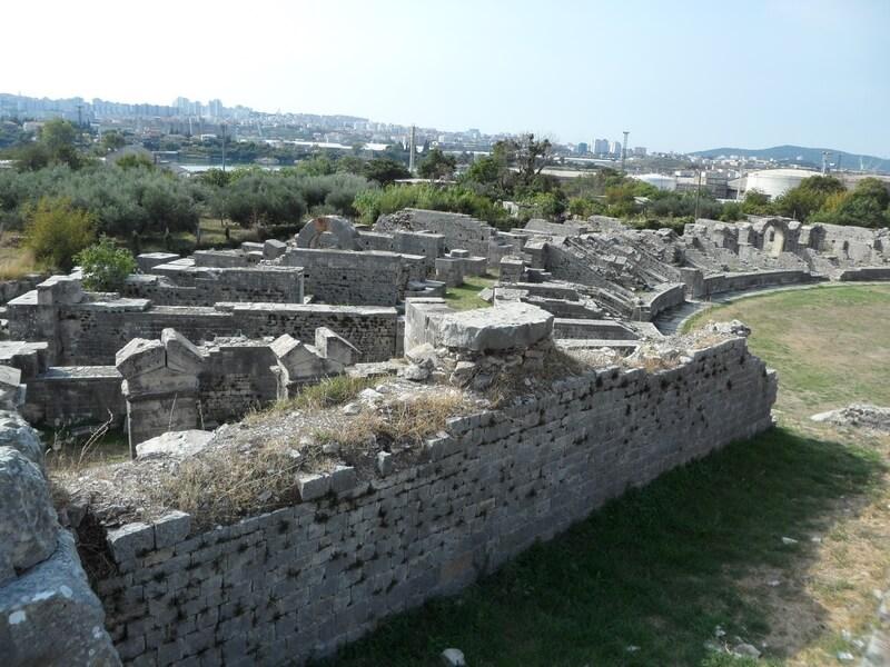 Lea anciens remparts de la ville et un aperçu de l'amphythéâtre (c)GAD