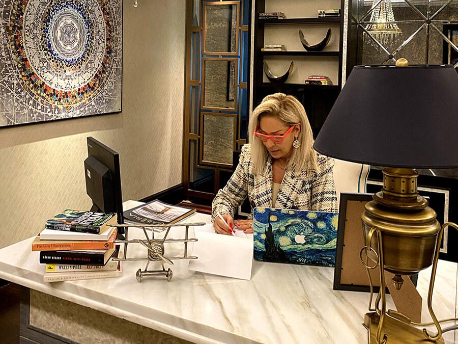 Larissa Redaelli au bureau préparant ses interventions