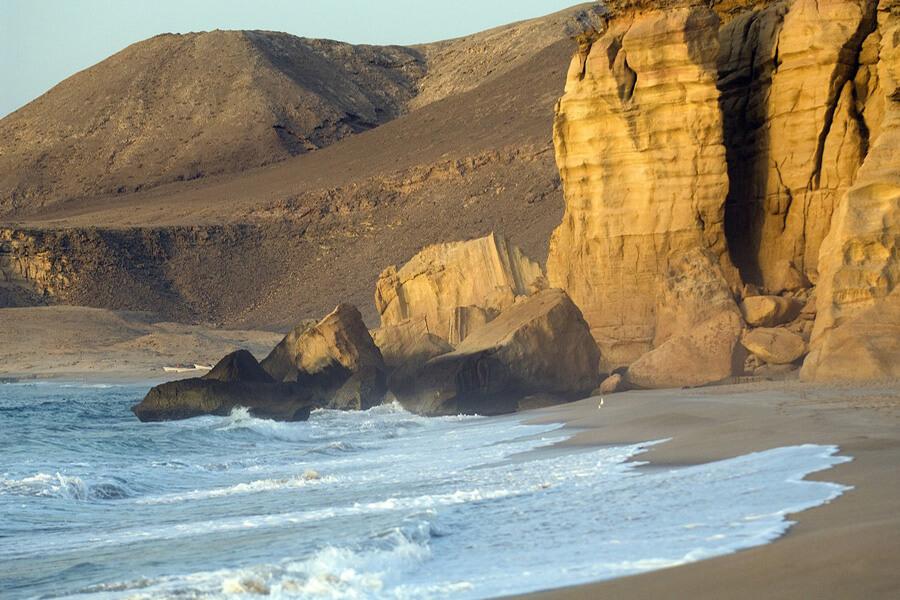 Paysage entre roches et sable la mer à Ras al Jinz© OT Oma