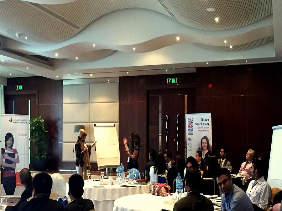 Salle de cours à Bahrain Larissa Redaelli au tableau avec une participante