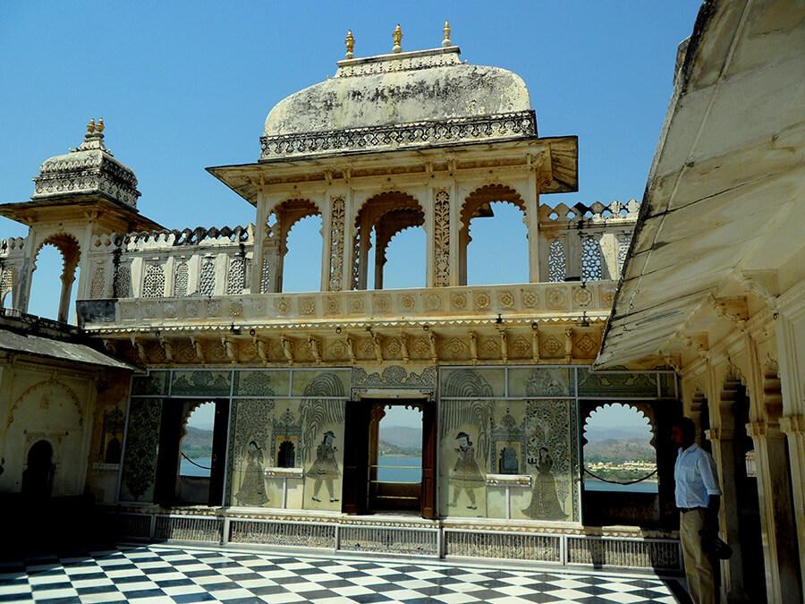 Udaipur le palais surmonté de coupoles tourelles et créneaux