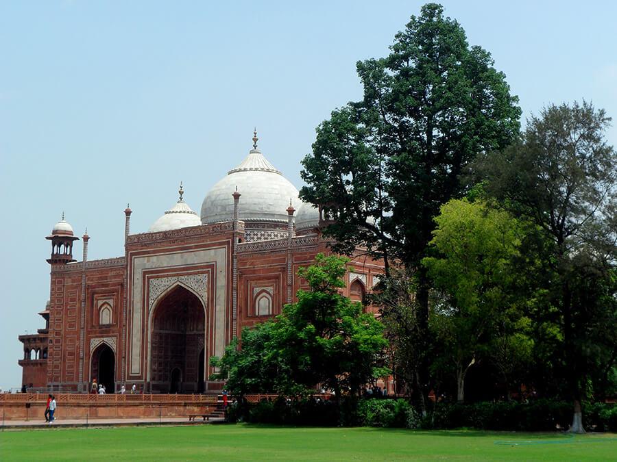 Agra la Mosquée attenante au Taj Mahal toujours ouverte aux fidèles