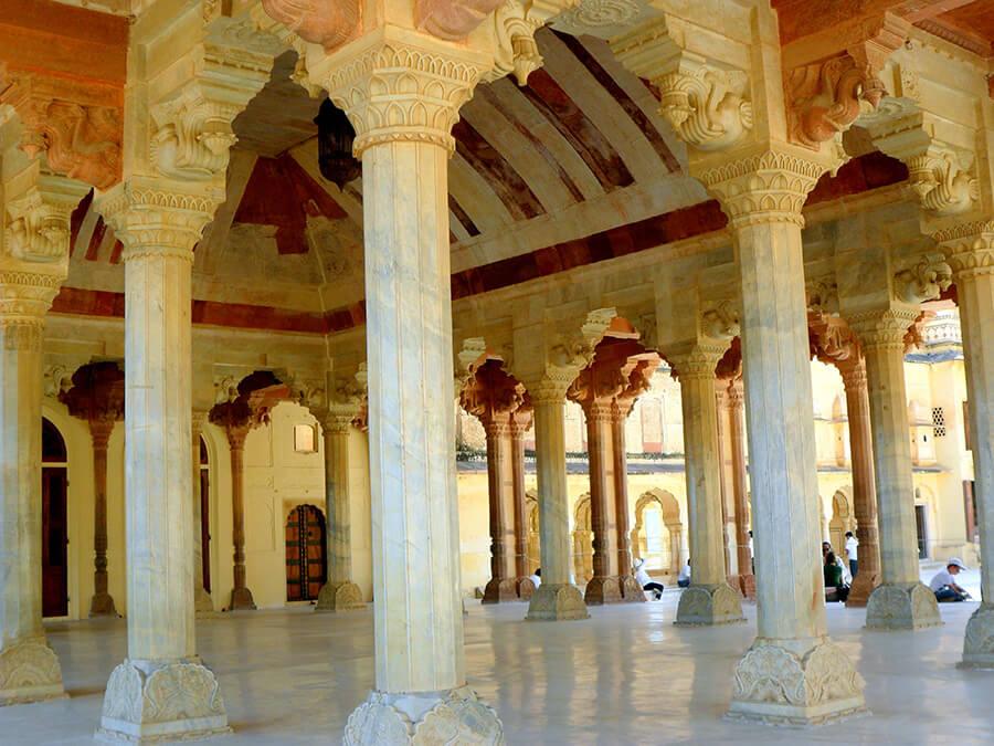 Jaipur Souvenirs des fastes de la cour, les innombrables salles aux colonnes de marbre et aux murs peints