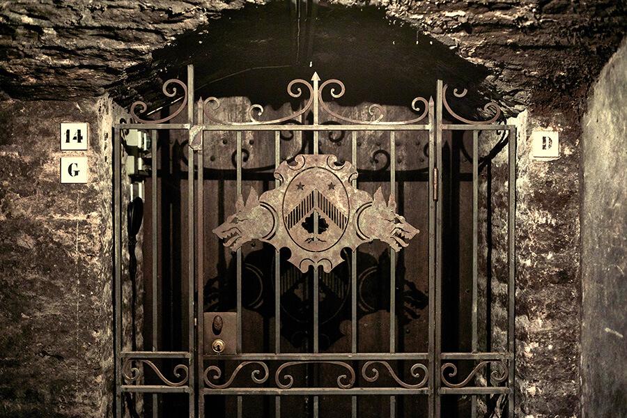Le portail d'une cave forgé à l'enseigne de Bouchard Père & Fils