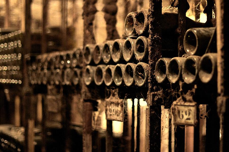 Dans le recueillement autour des nobles bouteilles dans la pénombre des caves