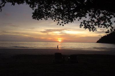 Coucher de Soleil sur une séquence seul au monde au bord de la plage (c) Maurice Tourisme