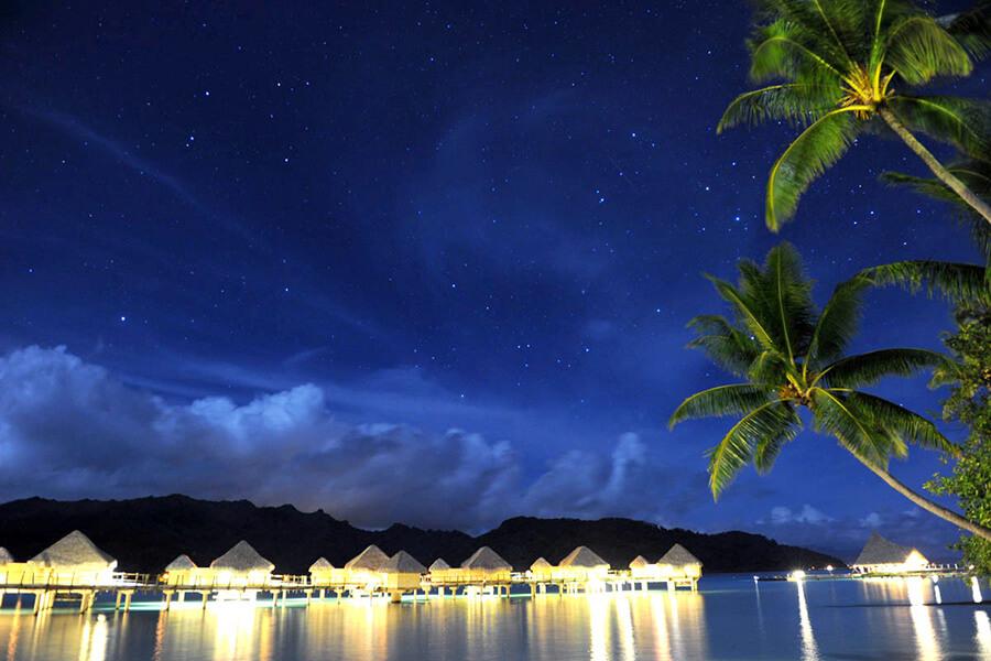 Hôtel partenaire de Traveller Made Asia Pacific le Tahaa by Pearl-Resorts vue de nuit (c) TM Gallery
