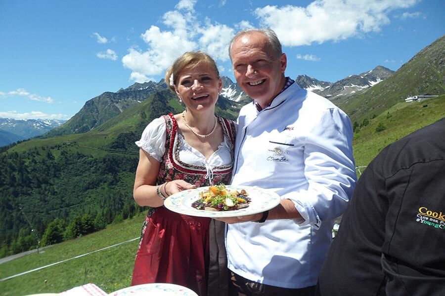 A l'Almstüberl le Chef Martin Sieberer en bonne compagnie déjeuner d'ouverture sur Le Chemin Culinaire de St Jacques 2021 (c) GAD