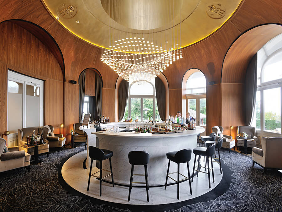 Le point de rencontre incontournable le magnifique Le Bar de l'Hôtel Royal © Guillaume de Laubier