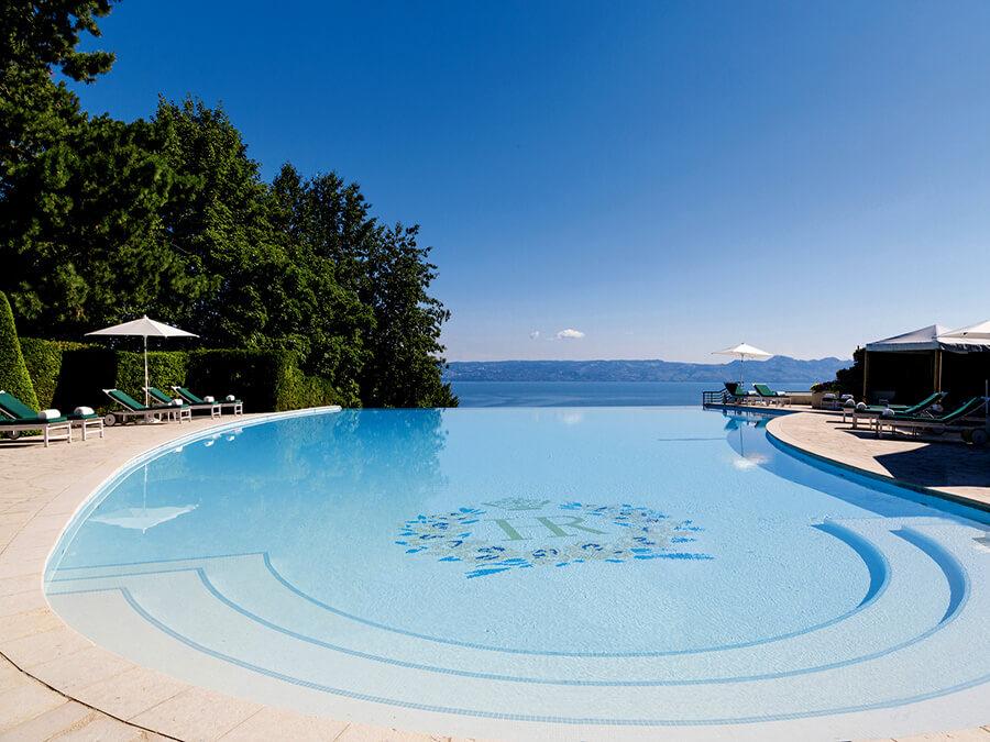 La magnifique piscine à débordement très recherchée par les clients de l'Hôtel Royal (c) HOTEL ROYAL