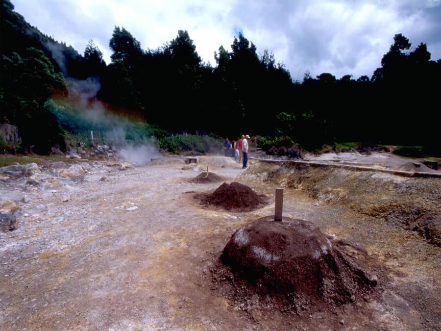 Cuisson du pot-au-feu traditionnel sous la chaleur volcanique des fours sousterrains
