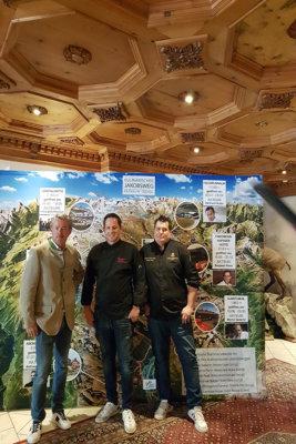 Le Président du Kulinarischer Jakobsweg Paznaun avec les Chefs Andreas Spitzer et Patrick Raass devant la carte des présences