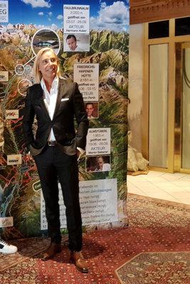 Andreas Steibl le CEO de l'Office de Tourisme Paznaun-Ischgl devant la carte positionnant les hütte (c) GAD