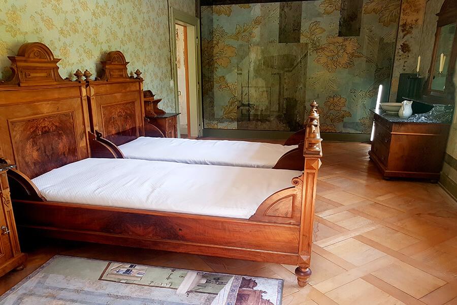 Chambre du Posthotel Löwe rénovée dans un style inspiré des tendances de l'époque des diligences (c) GAD