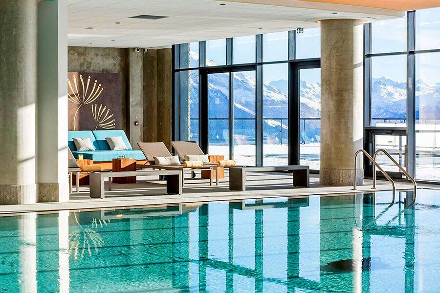 Face à un panorama de rêve, la magnifique pisicne intérieure du Club Med Rosière (c) ClubMed