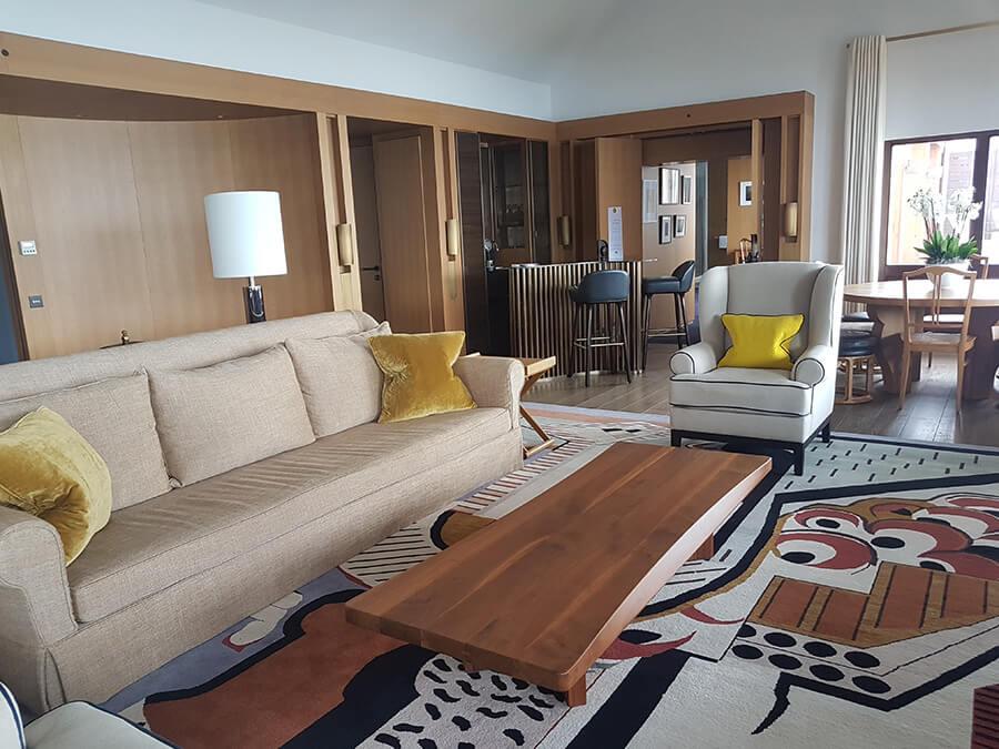 Spacieuses et design les nouvelles suites au 6e étage aménagées en même que la grande rénovation (c) GAD
