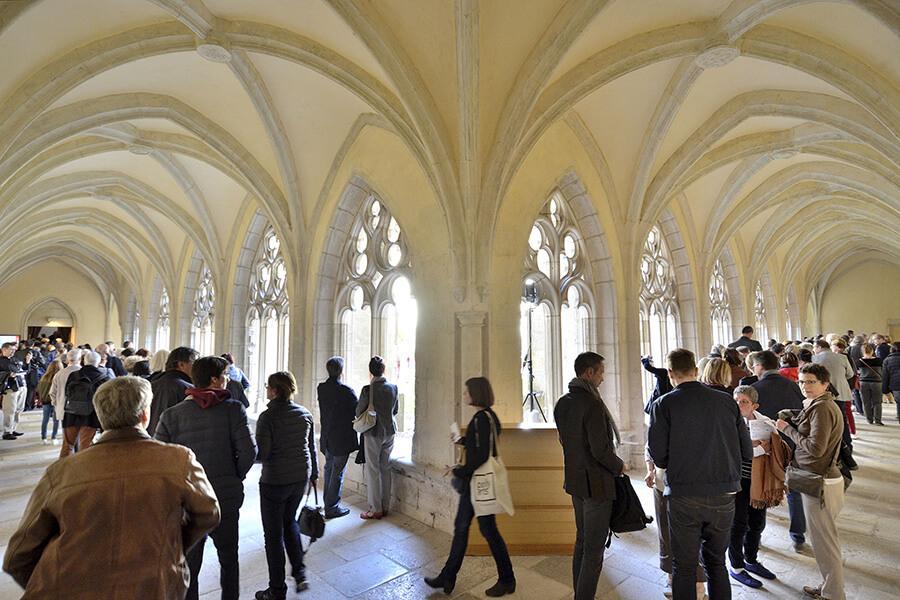 A l'intérieur des coursives du cloître©Bertrand PICHENE-CCR_Ambronay