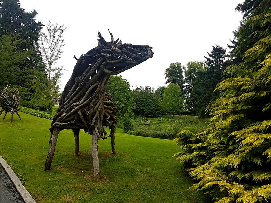 Arrivée sur le domaine d'étranges sculptures en bois pour vous accueillir dans l'esprit des forêts (c) GAD