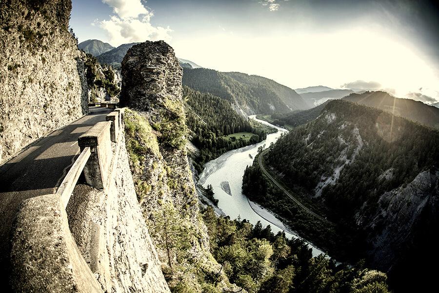 Les gorges du Rhin et les mouvements géologiques qui ont transformé le site il y a 10 000 ans (c) Grisons Tourisme