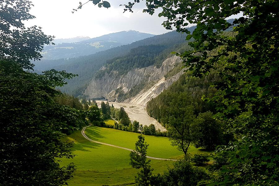 Vue plongeante à travers la fôret sur les sentiers et les rochers millénaires (c) GAD