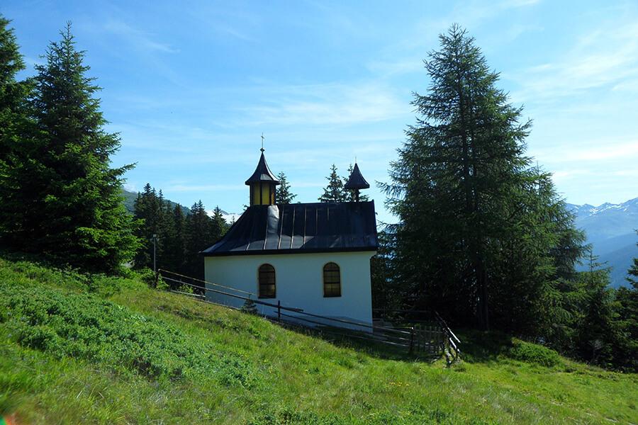 Devant l'Eglise de Galtür, petite marche pour atteindre le sommet et le relais-chalet (c) GAD