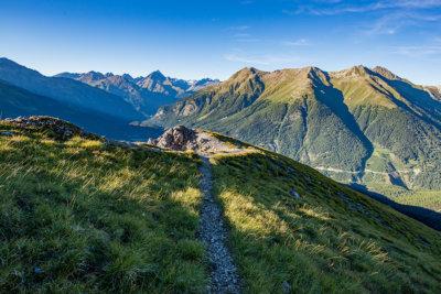 Sentier dans le Parc National Suisse l'unique et très protégée réserve de biosphère ©SNP-LO