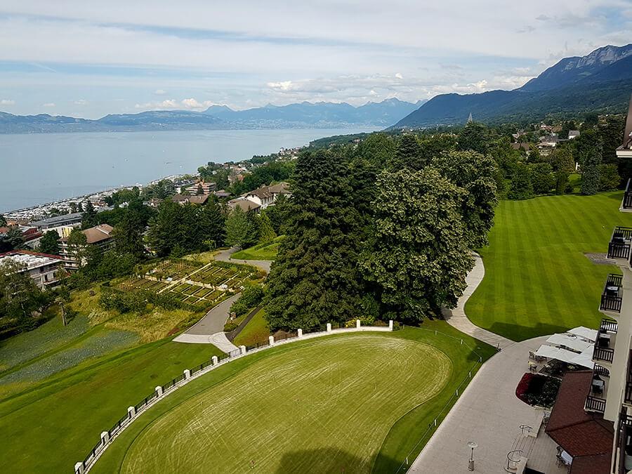 Vue spectaculaire vers le Lac Léman plongeant sur une aire de practice au golf et le verger de l'Hôtel Royal (c)GAD