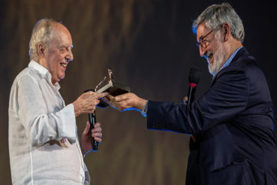 John Landis remettant son Prix Life Time Achievement à Dario Argento grand maître italien des films d'horreur et star de Vortex © Locarno Film Festival