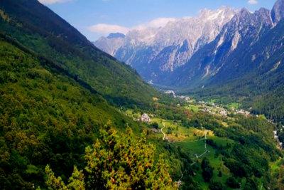 Val Bregaglia le sentier panoramique d'altitude dans la proximité du village de Soglio (c) Engadine Tourisme