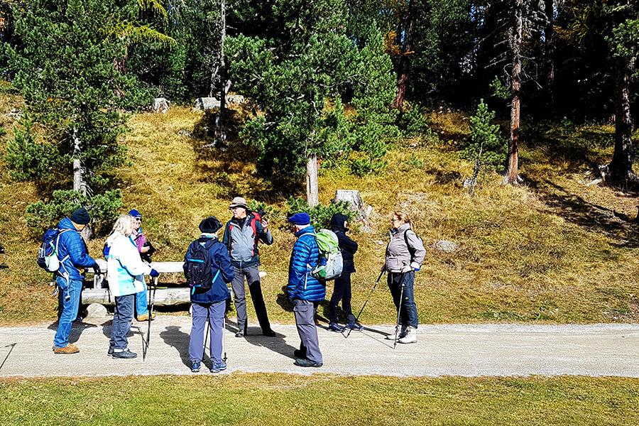 Les randonneurs en petits groupes autour du guide accompagnant (c) GAD