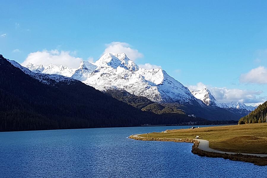 Le Lac de Silvaplana un tableau aux couleurs entre lac, forêt et sommet enneigé (c) GAD
