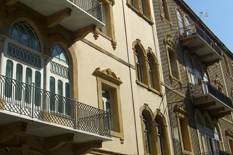 Arcades fer forgé petits balcons immeuble refait a l'ancienne (c) GAD