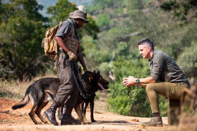 Kevin Pietersen avec les Rangers de Kruger Park et leurs chiens (c) Hublot